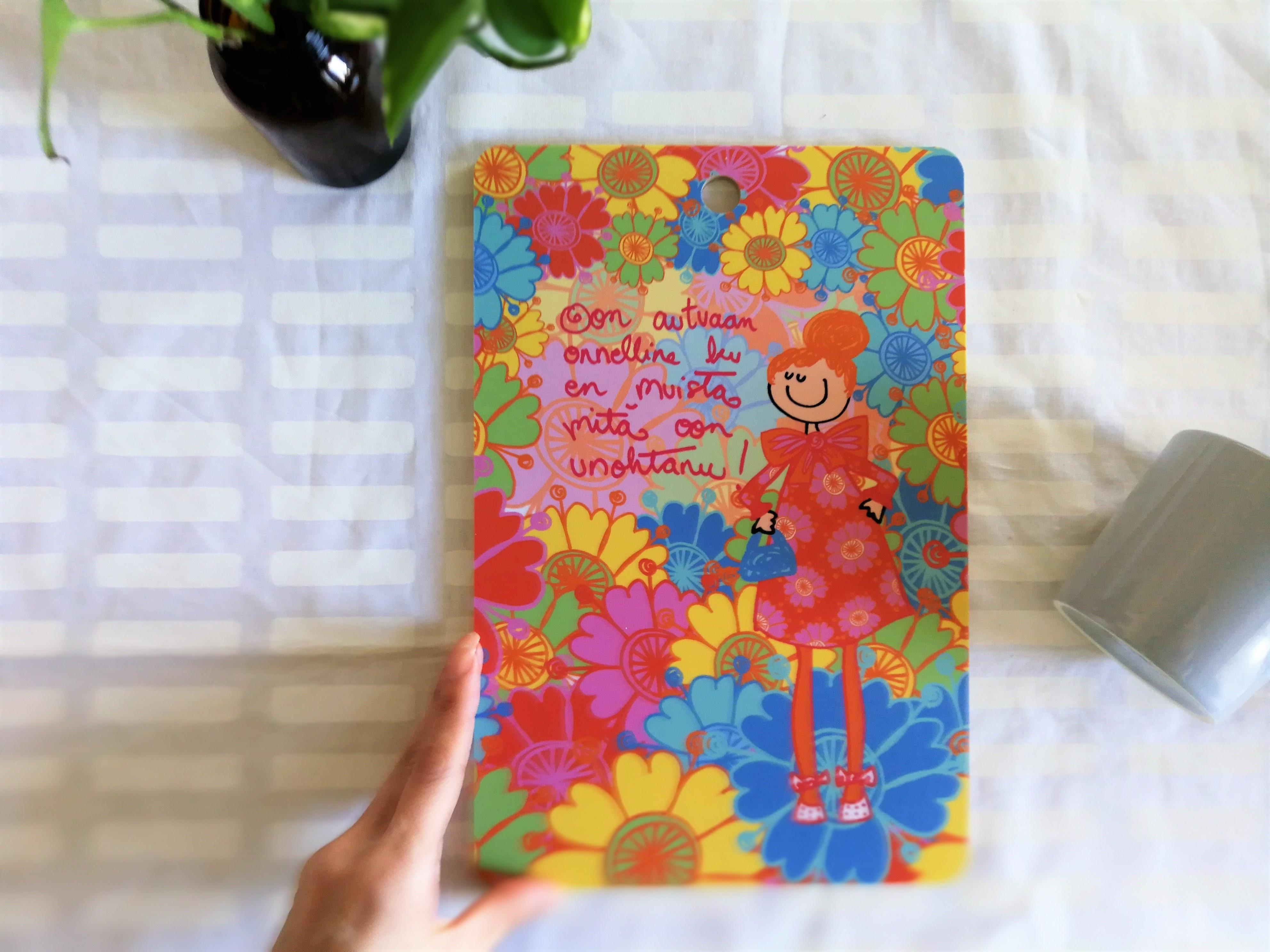 白樺カッティングボード ハッピーなお花と女の子 / Virkkukoukkunen ヴィルクコックネン / フィンランド