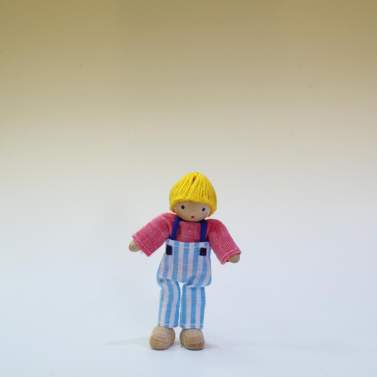 ヘアヴィック製人形 金髪の男の子(赤シャツ)