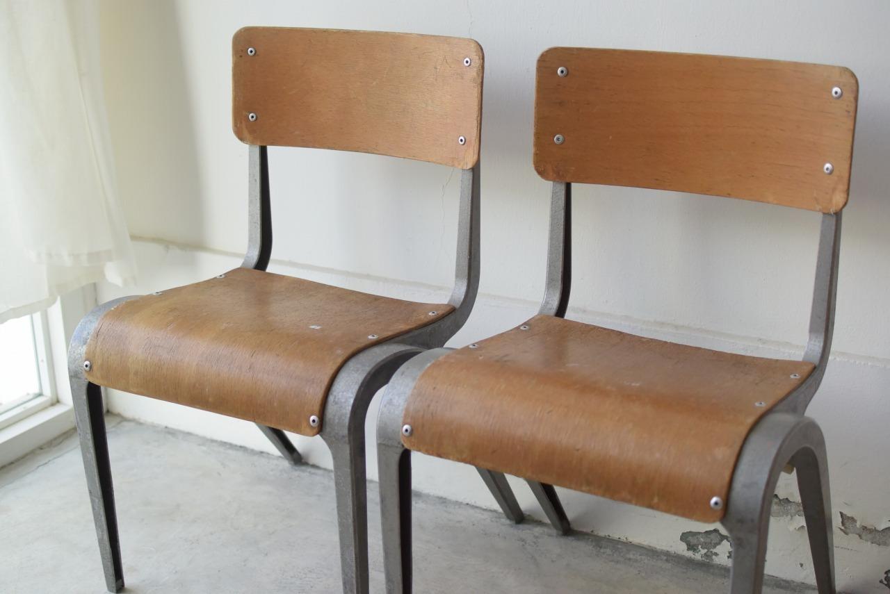 アンティークのアルミ脚の子供椅子