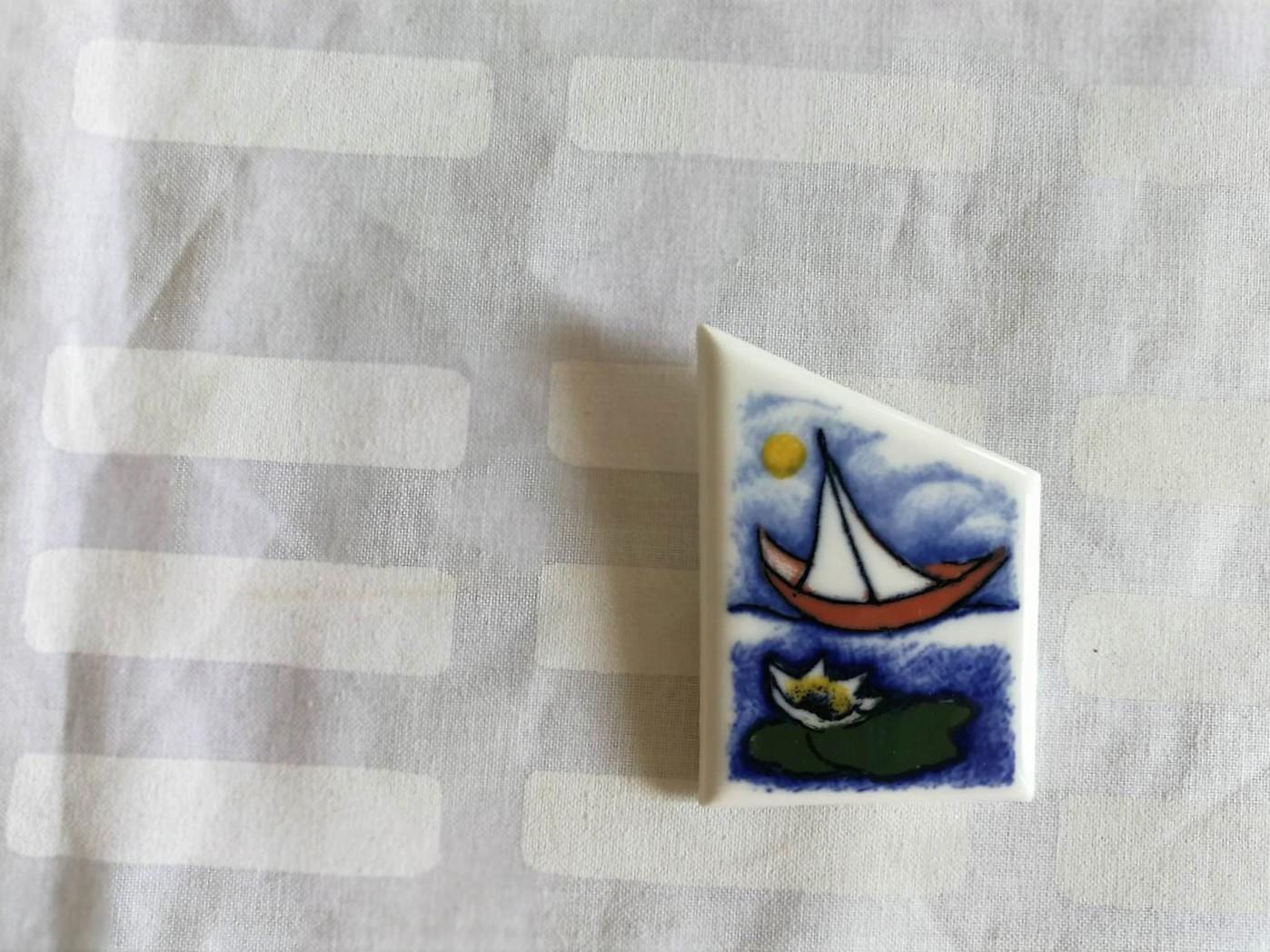 陶板ブローチ / アラビア ヴィンテージ / ヨットとロータス / ヘルヤ