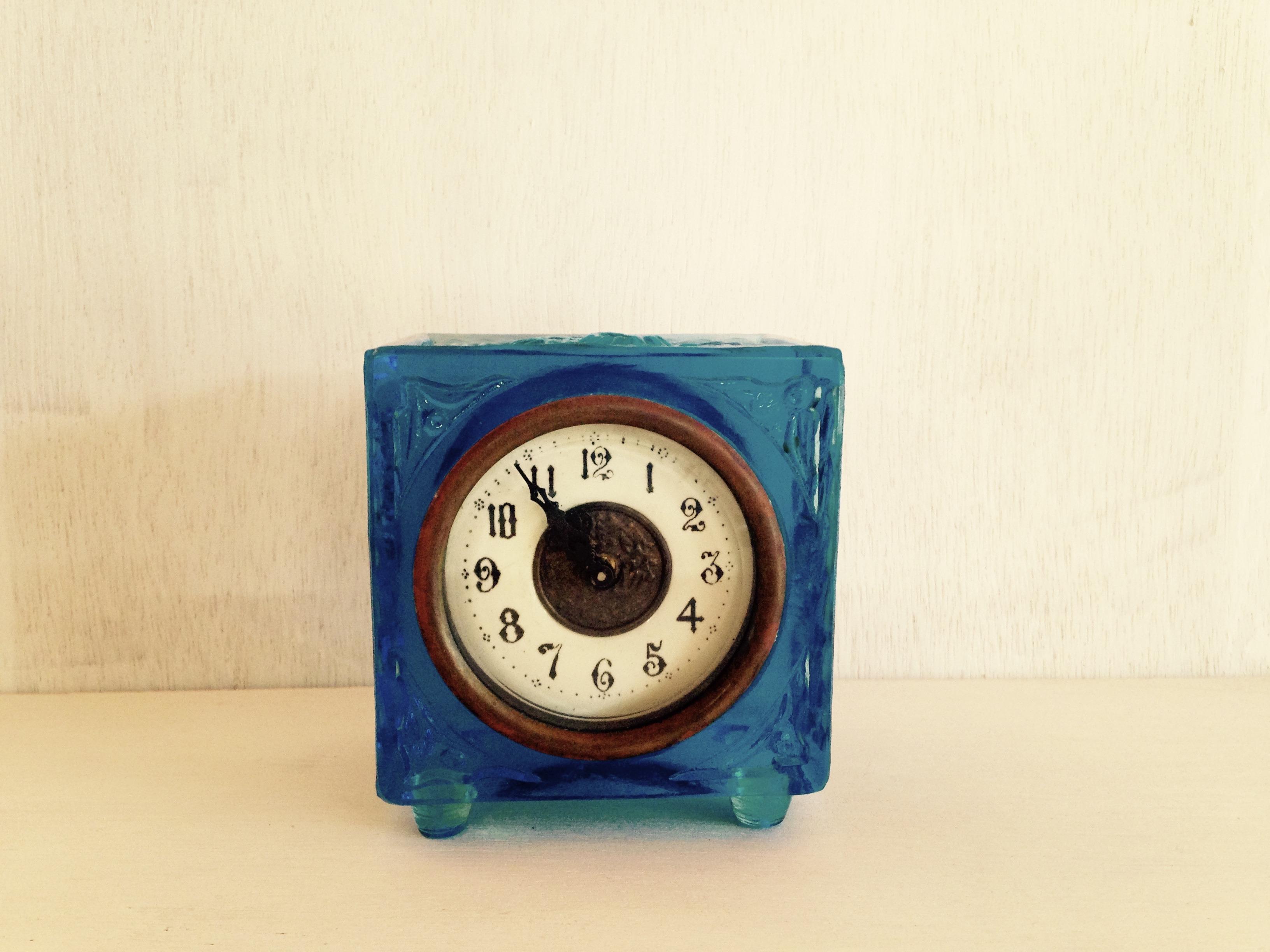 青いガラス製の古い手巻き時計