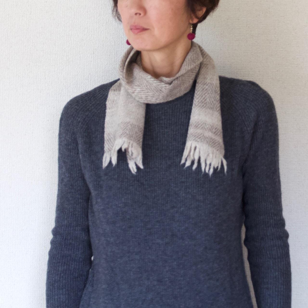 手紡ぎ手織りのマフラー〈やわらかタイプ〉(グレー縞)