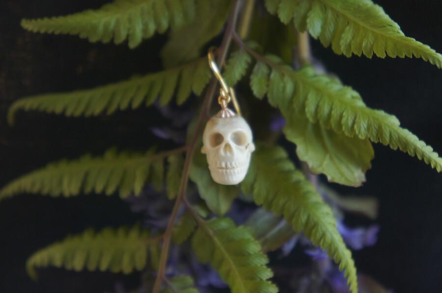 鹿角製小さい頭蓋骨「朝と夕べのメメント・モリ」ピアス【F】