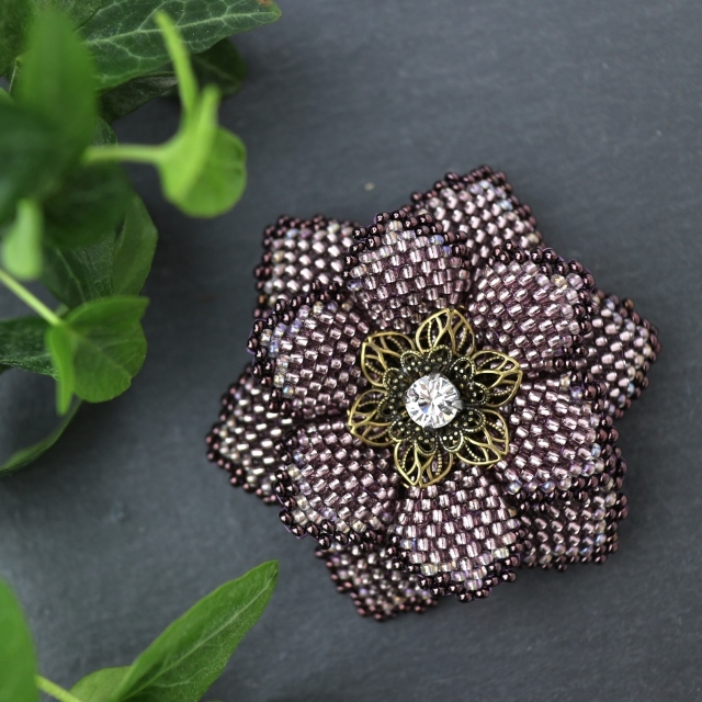 艶紫のビーズで編んだ花のブローチ