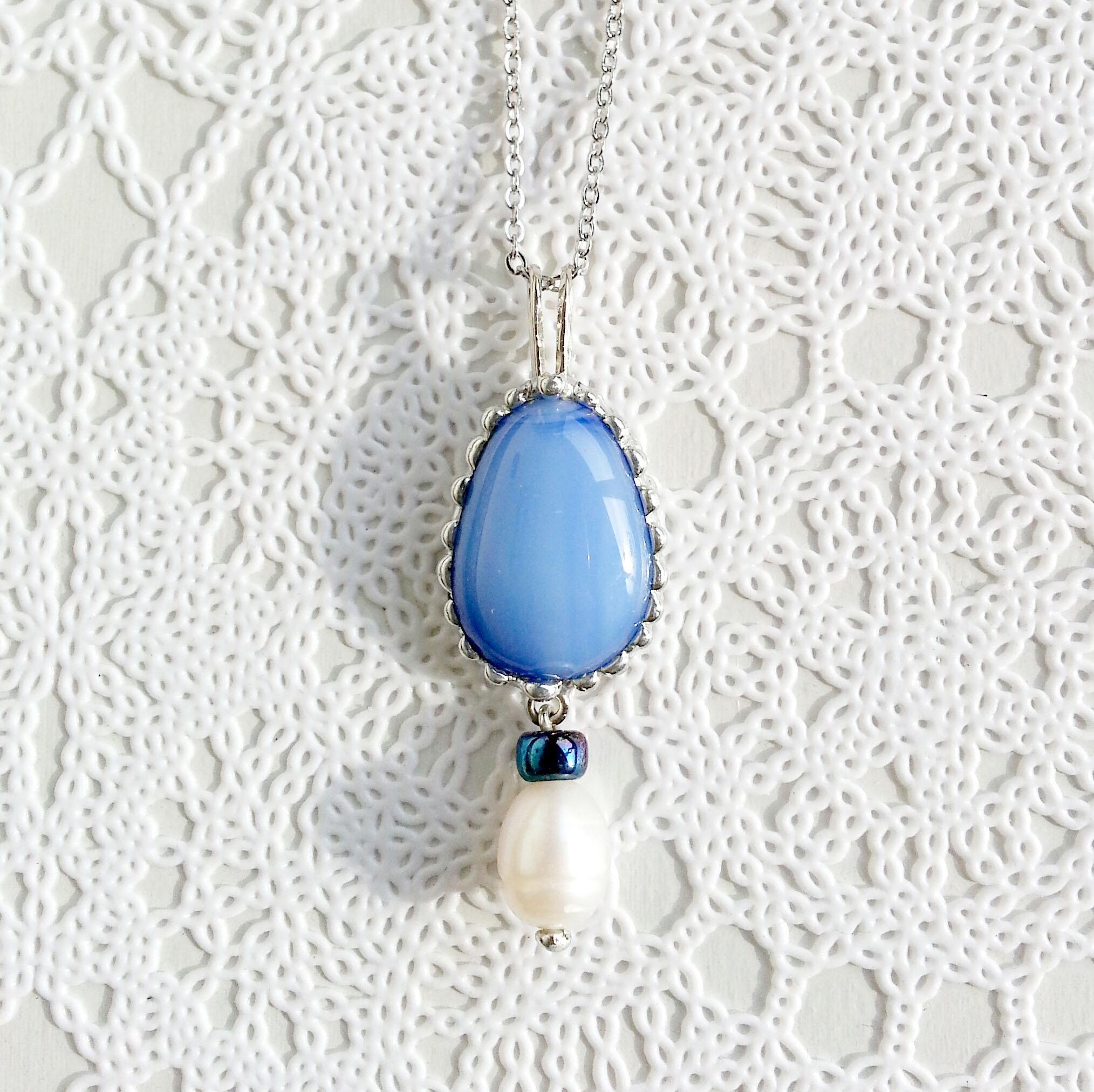ライトブルーのガラスジュエルと淡水パールのネックレス
