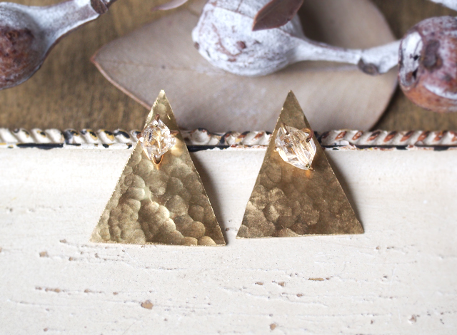 原石のハーキマーダイヤモンドと真鍮の三角ピアス
