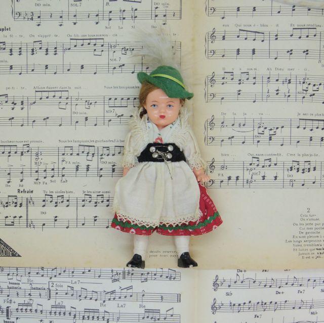 アルペンハットを被った民族衣装の女の子