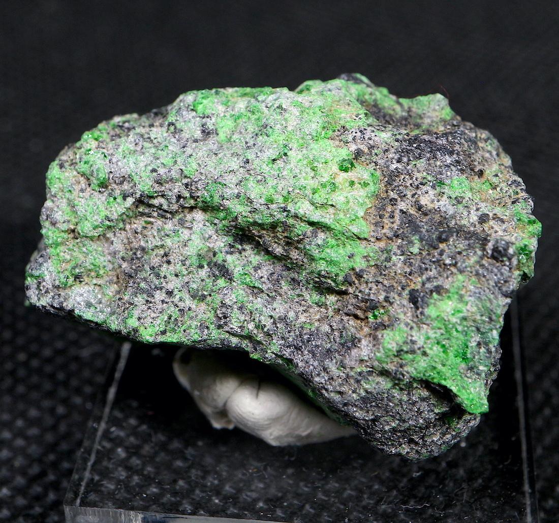 ウバロバイト  灰クロム柘榴石 グリーンガーネット カリフォルニア産 26,7g UV007