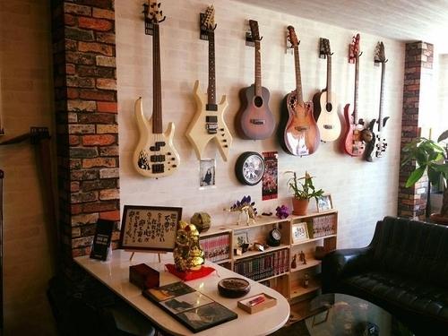 ホチキスでエレキギターを壁面にレイアウト!賃貸住宅にもおすすめの壁を傷めにくいギターハンガー!商品名:「壁美人」GUITAR HERO(ギターヒーロー) 施工時間3分 耐荷重8㎏ 重いギブソンレスポールから太いネックのクラッシックギターまで楽器屋さんのように壁面レイアウト可能! - 画像2