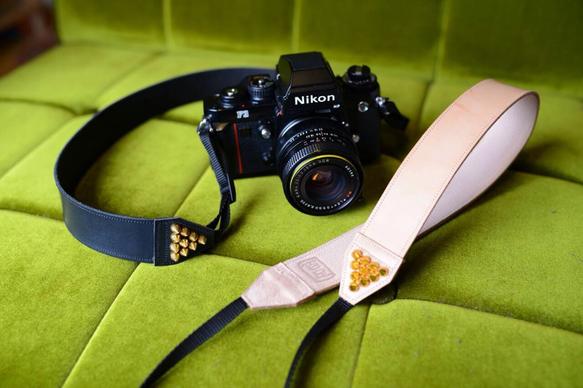 ゴールド鋲付きカメラストラップ