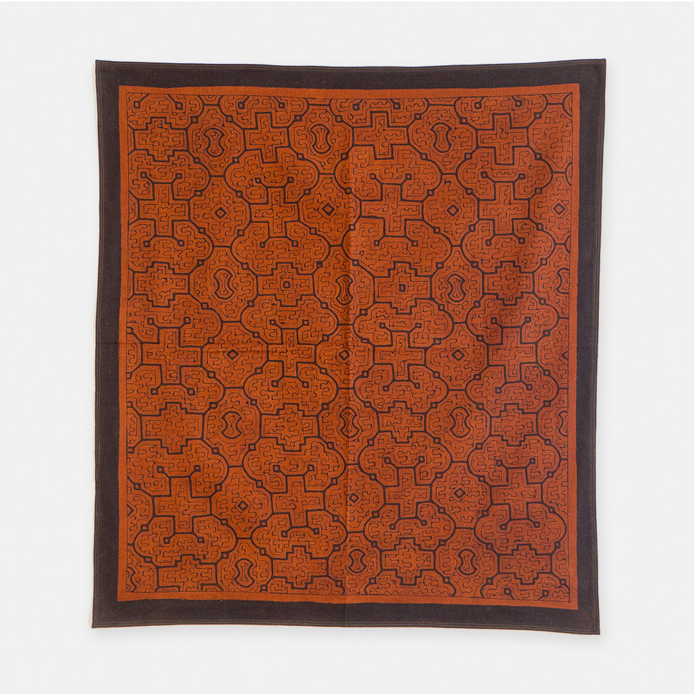 S011 SHIPIBO TEXTILES シピボ族の泥染めの布 茶フチ縫い 850×760mm