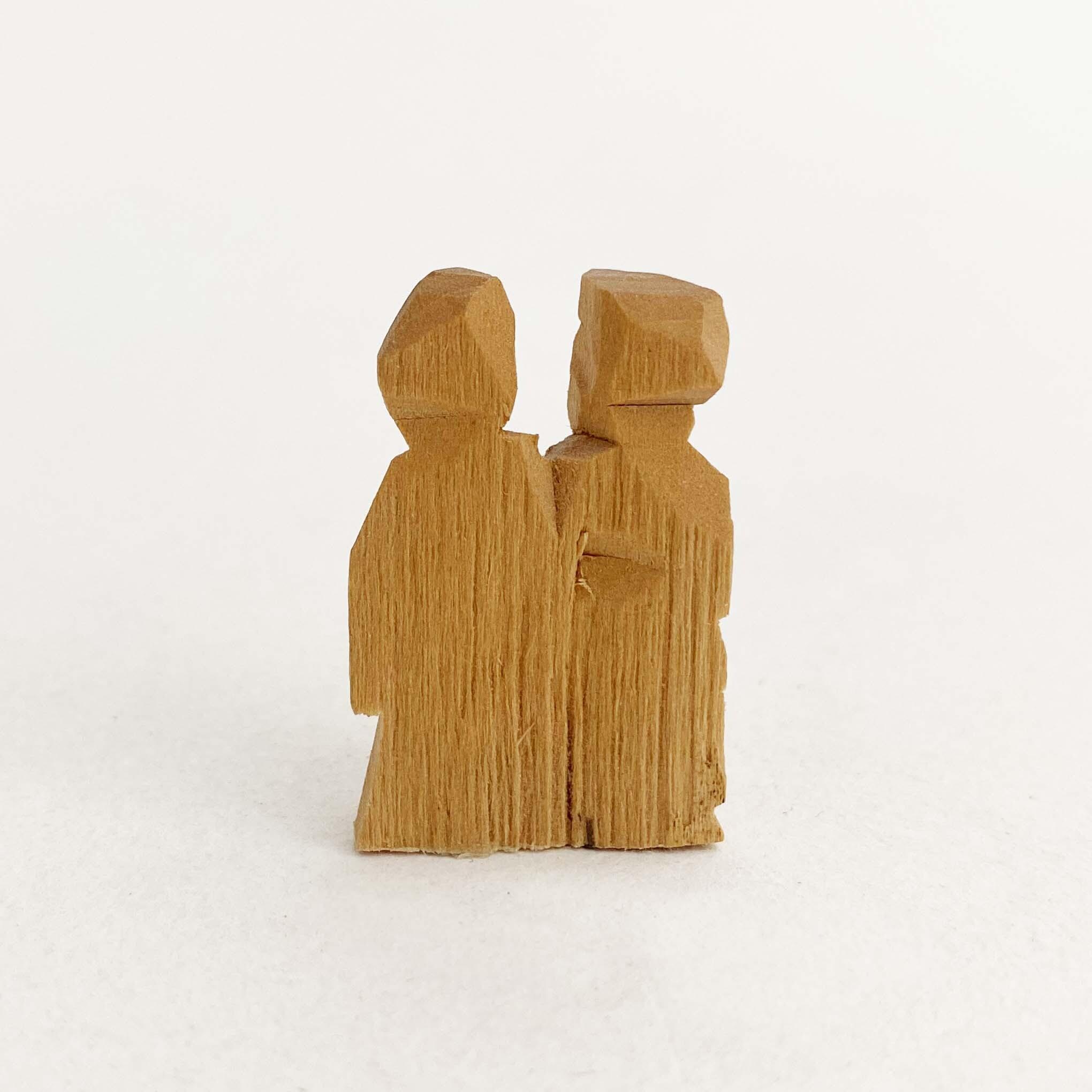 木彫の村人と民家(アレクサンドル・バルガノフ作)