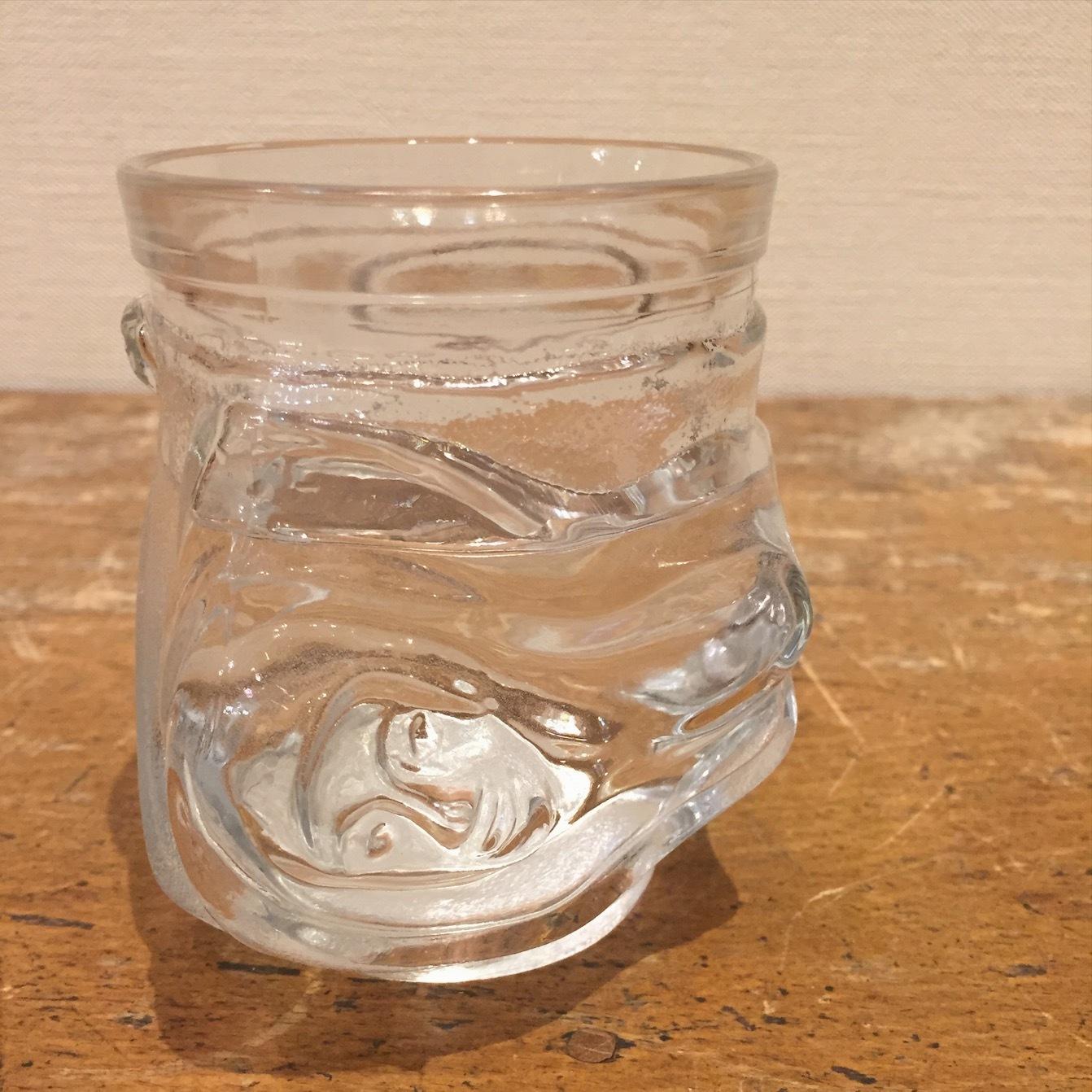 美女のグラス