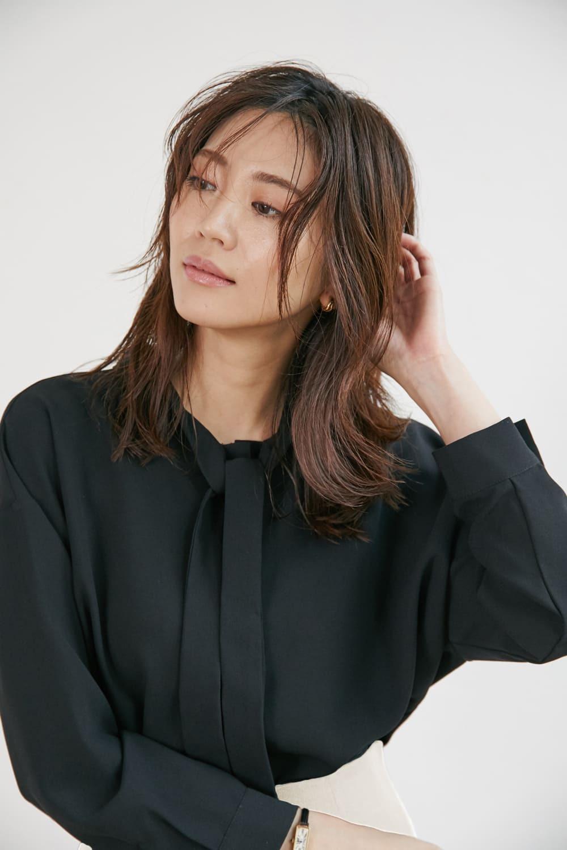 シンプルなボトムスも華やかに。2WAYボウタイシャツ(ブラック)
