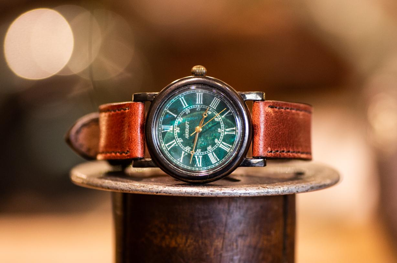 マザーオブパールをベースに使用した深いグリーンの文字盤の腕時計(Andy Midium/店頭在庫品)