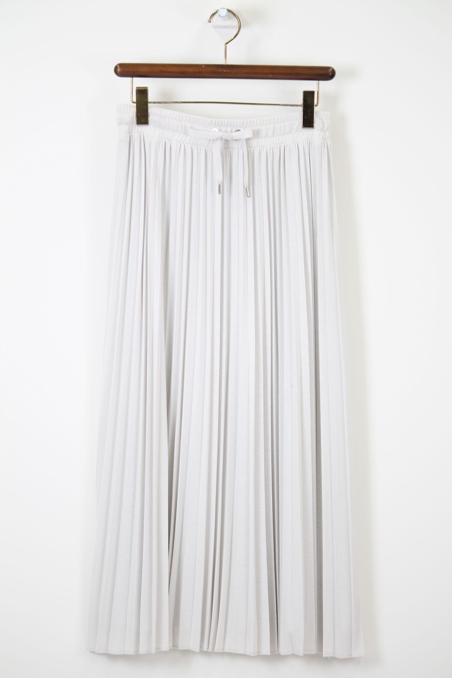 アイスグレーのプリーツスカート