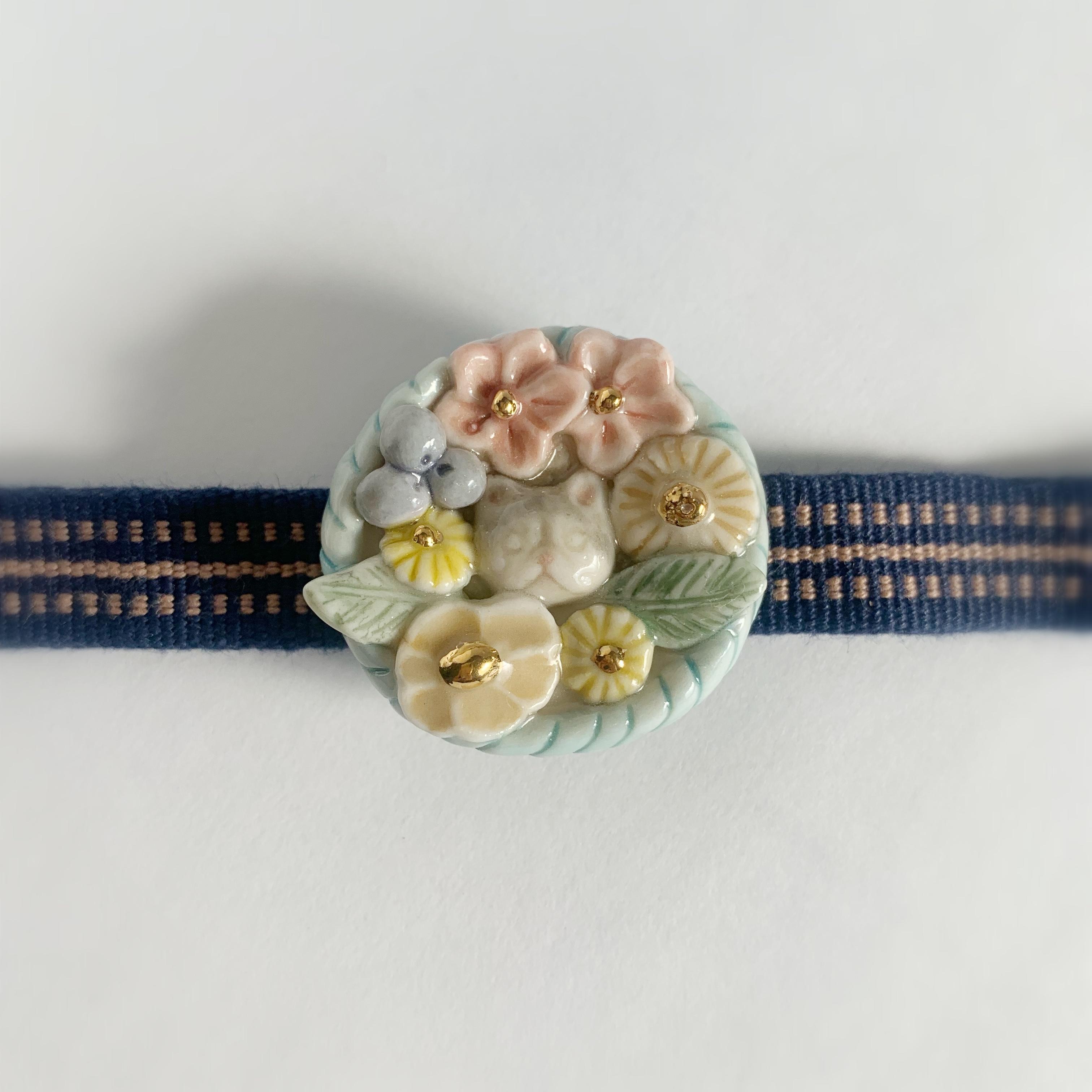 磁器製の猫と花の帯留め
