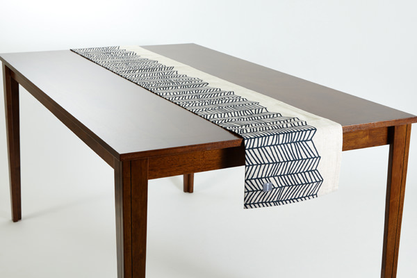 テーブルランナー ブラックホワイトウェーブ