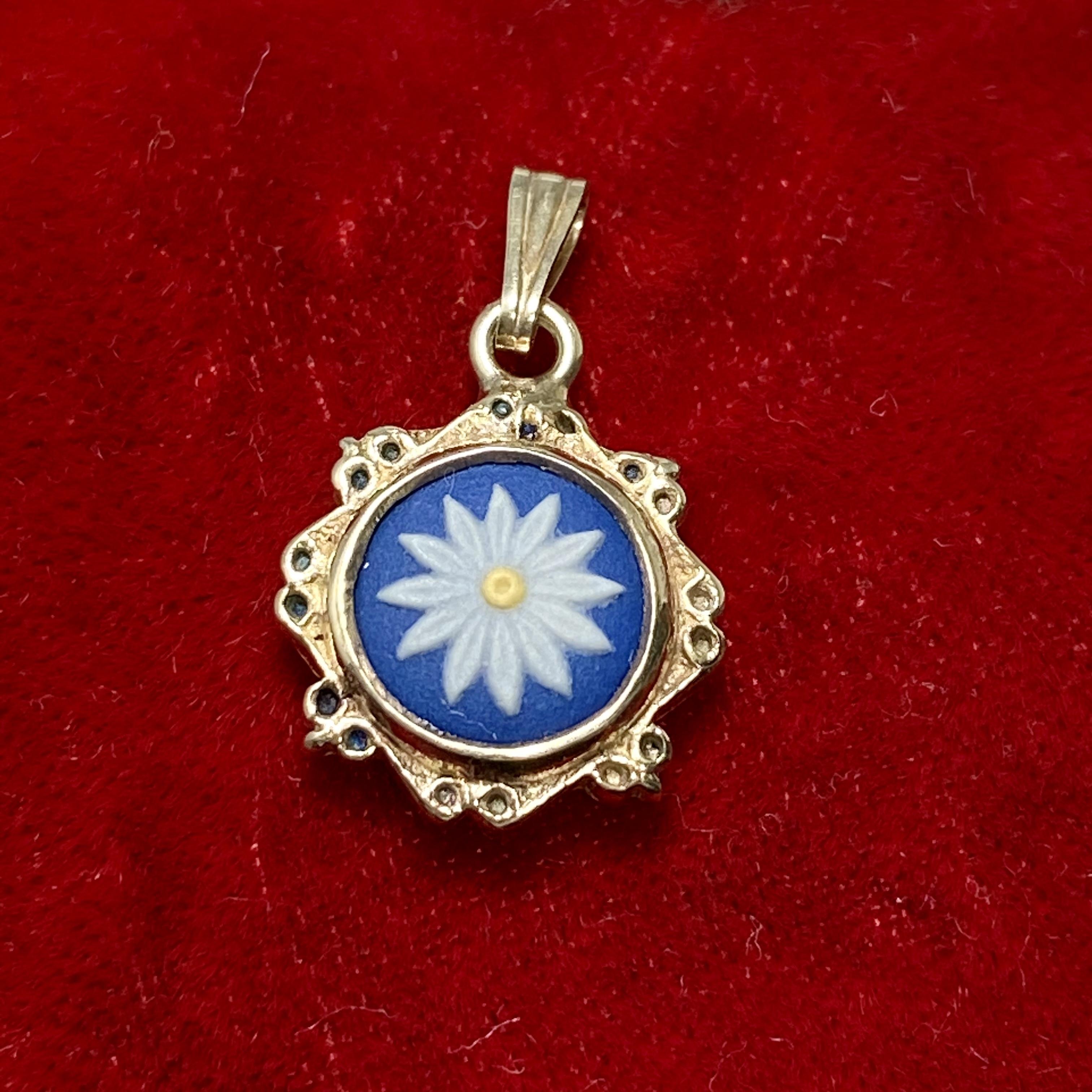 イギリスヴィンテージシルバーペンダントトップ ブルーの下地にデイジーのお花(*´-`)