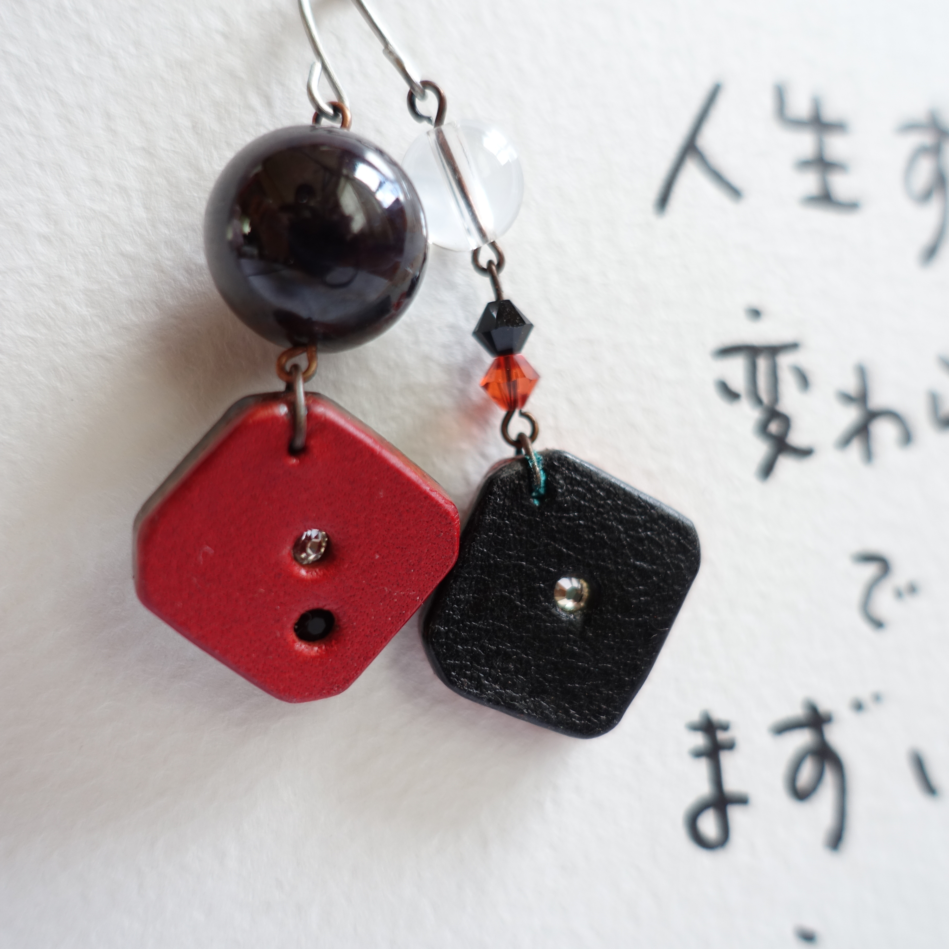 SALE! 030:レザーのピアス~赤×黒(送料無料)
