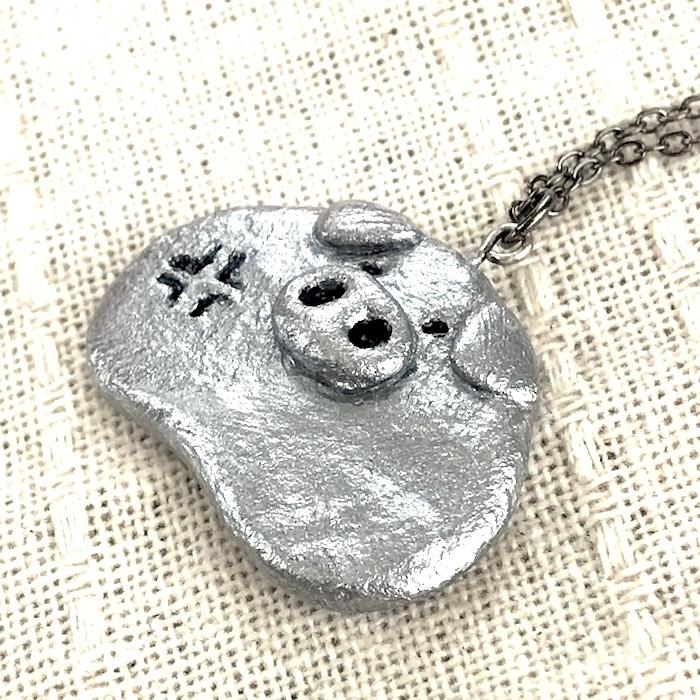ブチ切れ寸前ぶたさんネックレス〔メタル風軽量ネックレス〕