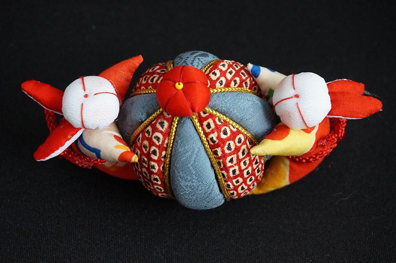 着物、和服の古布人形「うさぎさんと鞠」 - 画像1