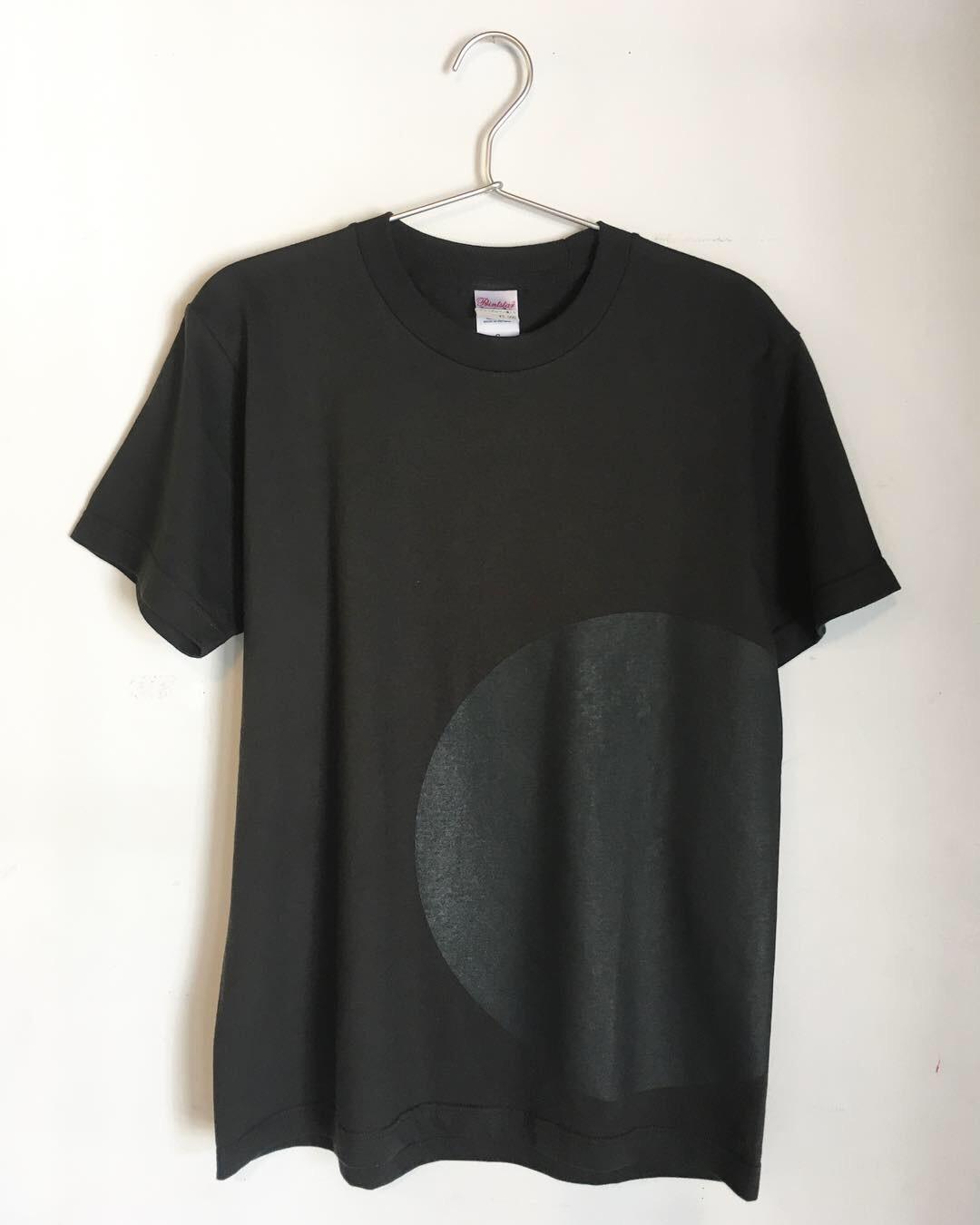 Tシャツ『アニッシュ・カプーア IN 別府』グレー/黒