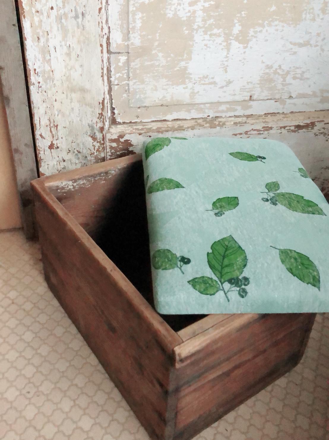 ちっちゃい葉っぱの木箱椅子