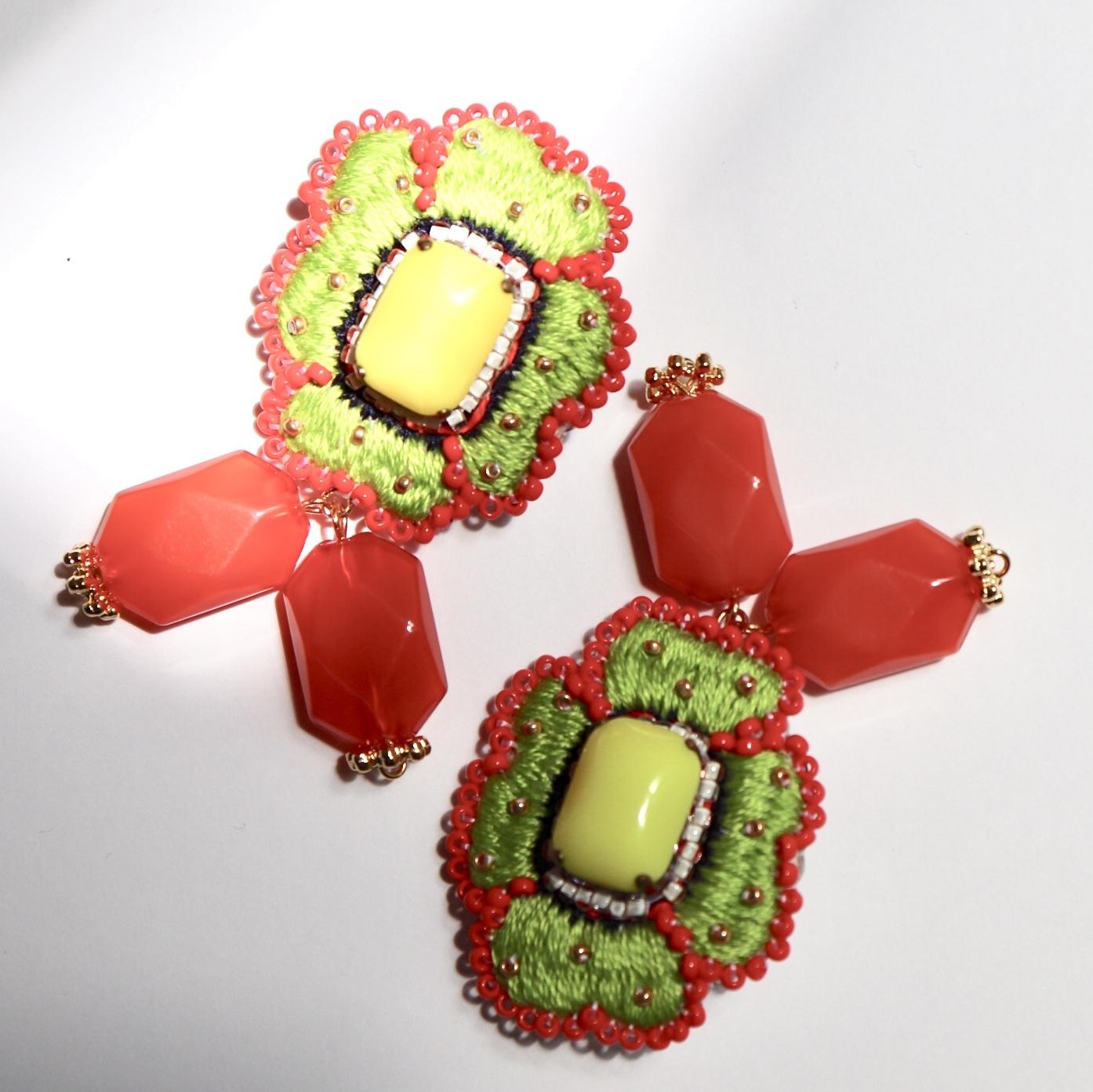 1点物フラワー刺繍ハンドメイドイヤリング/カボショングリーン
