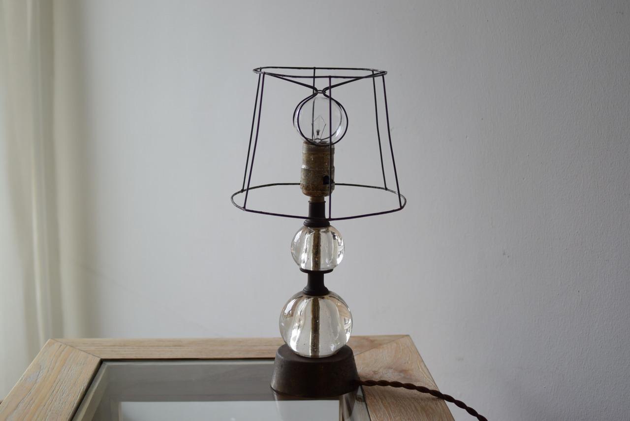 ガラスボールのテーブルランプ
