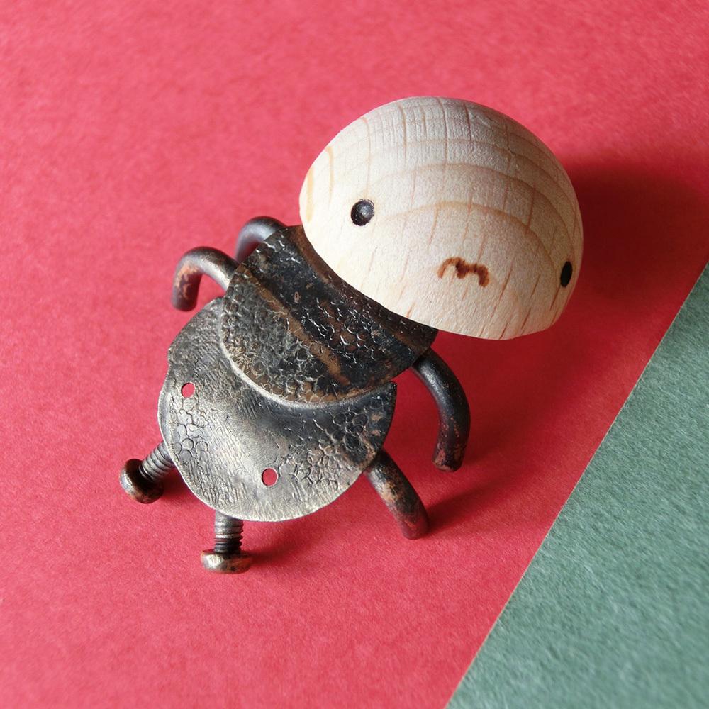 【振り向いた虫】a    オーナメント 真鍮 木 #1370