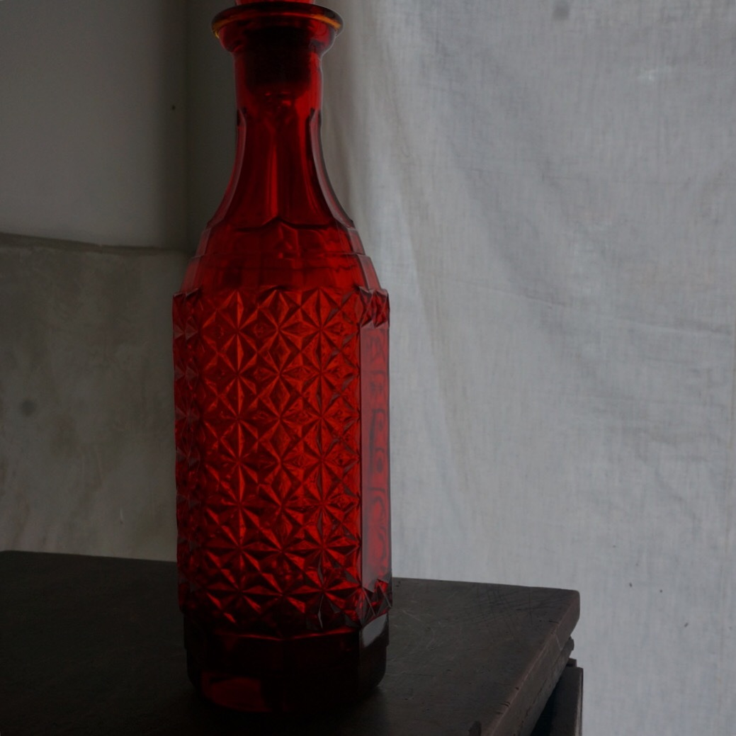 古い赤いガラス瓶