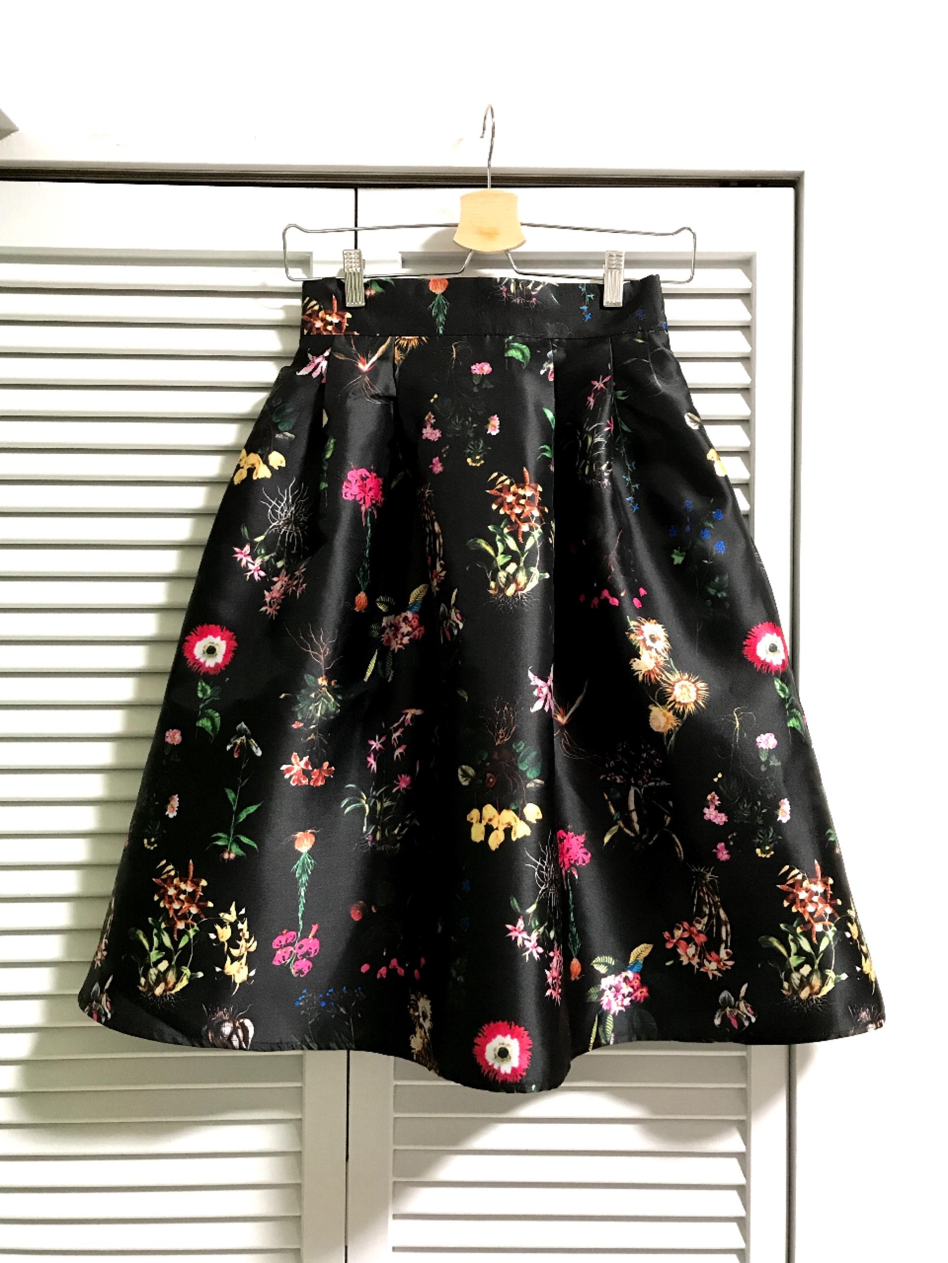 シャンタン素材のボタニカル柄スカート ブラック