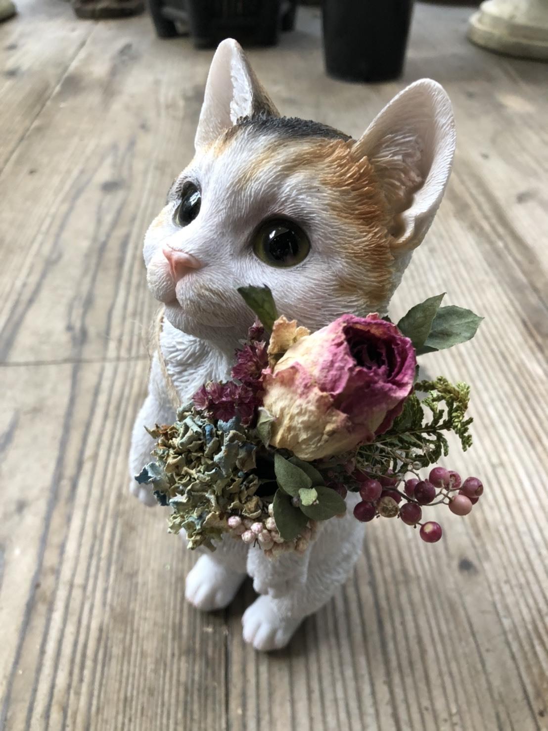 ドライフラワーと子猫の置物 - ミケ猫