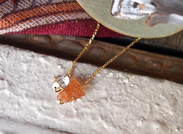 原石のサンストーンとダイヤモンドクォーツのネックレス