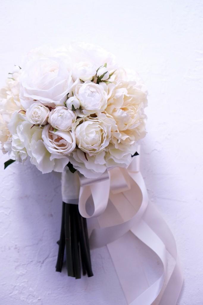 〖 アーティフィシャルフラワー・造花のウェディングブーケ 〗ホワイトローズのクラッチブーケ・ラウンド型
