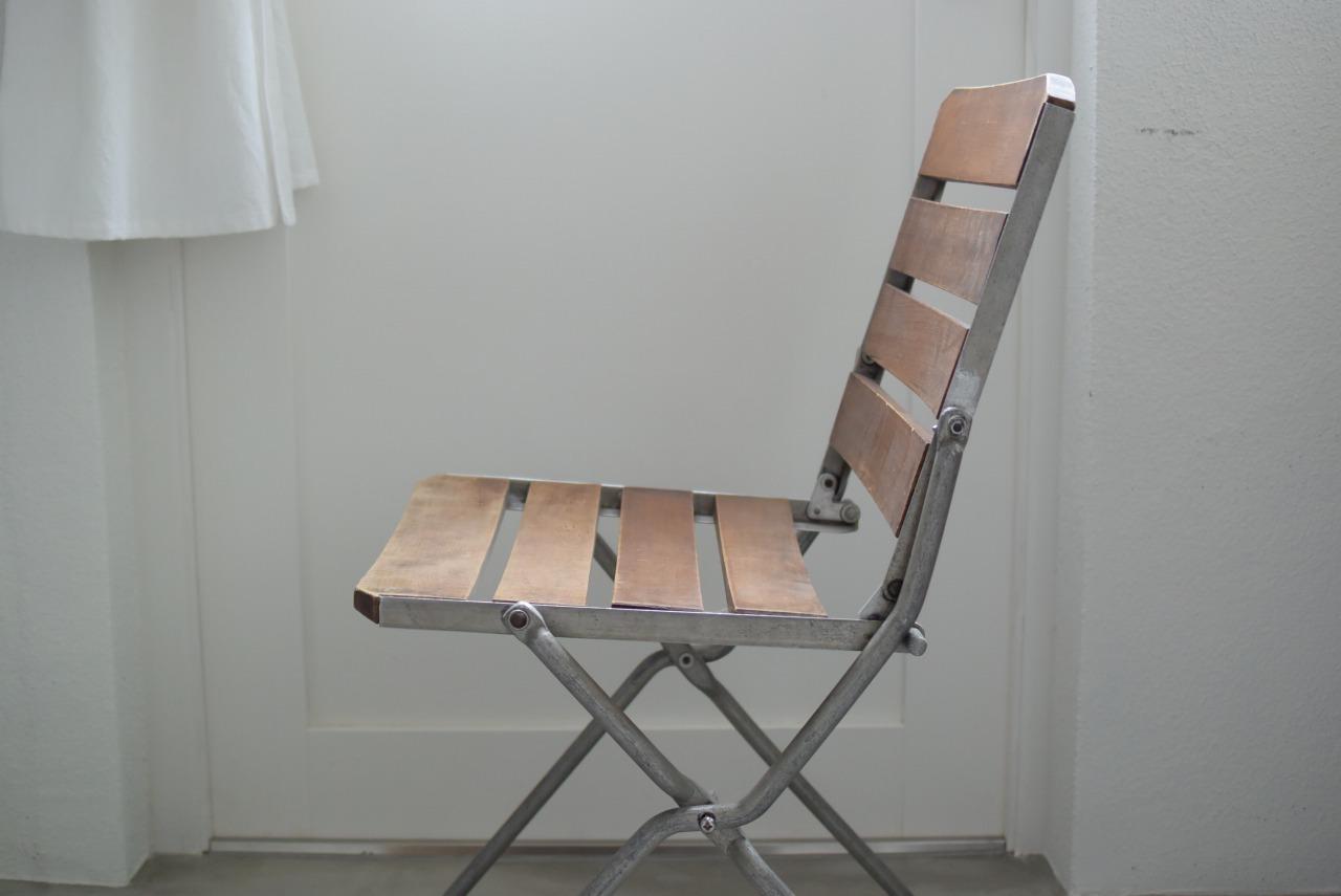 アルミフレームの折りたたみ椅子