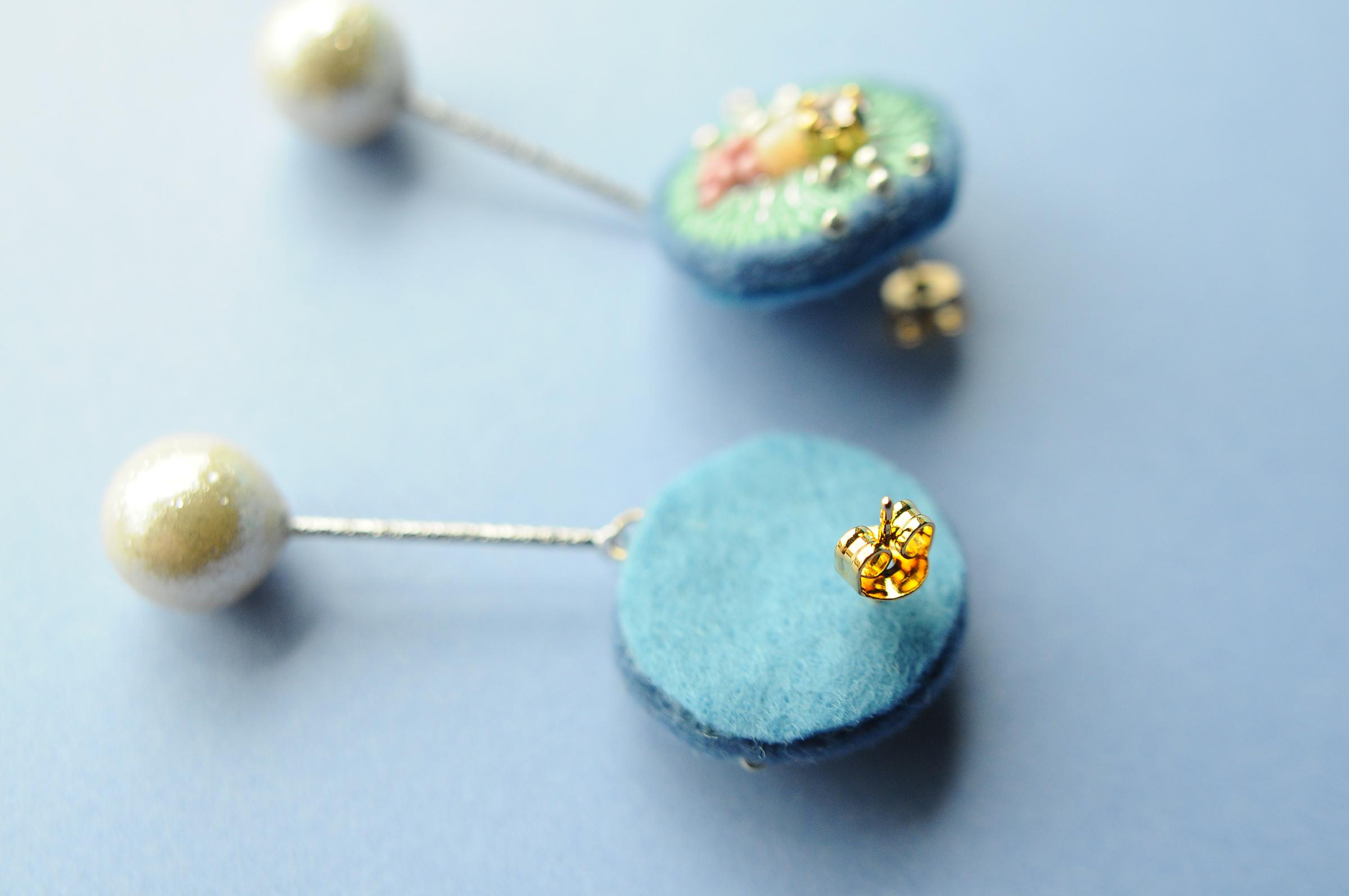 <lucy~イロドル惑星~>刺繍ピアス◎エメラルドの耳飾り