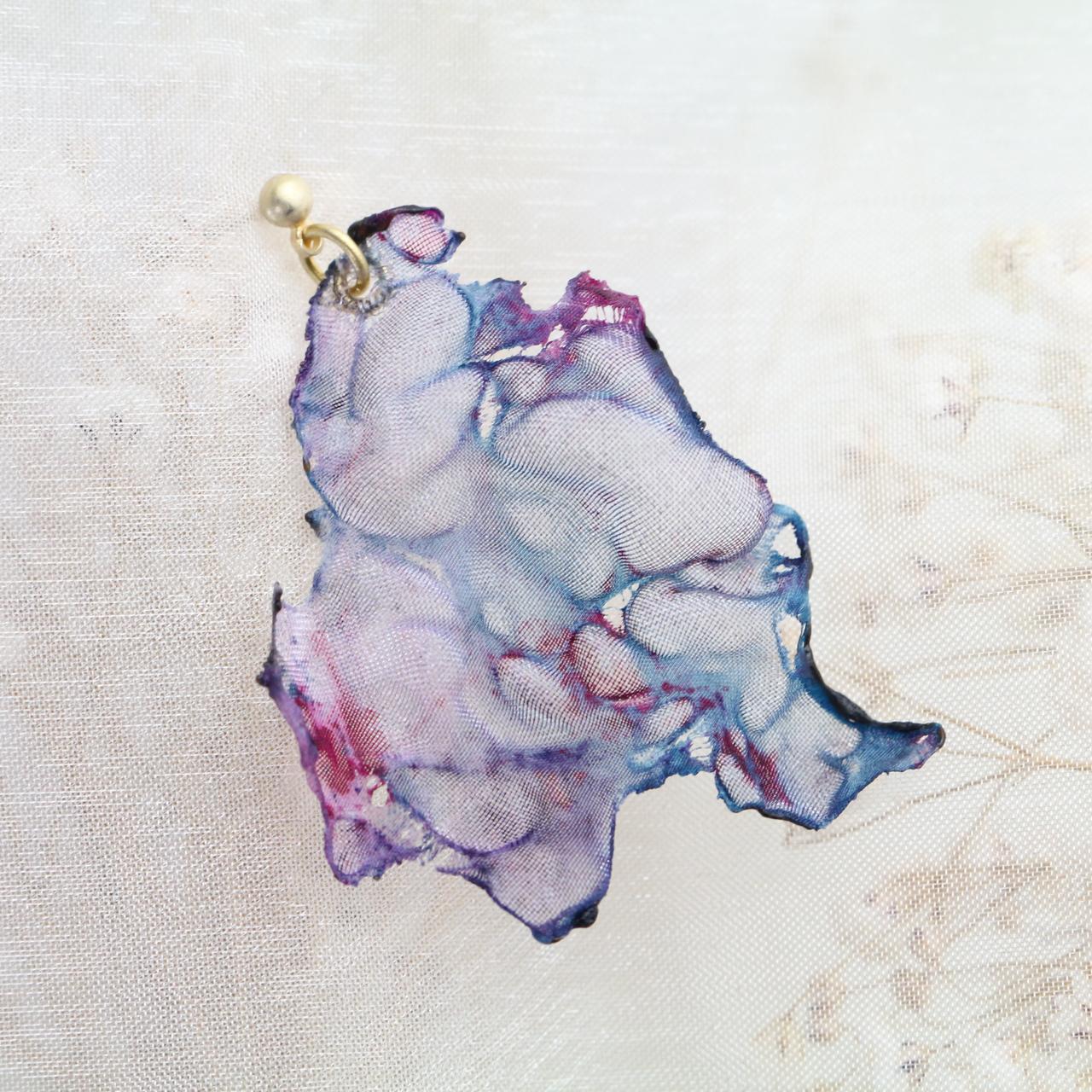 染めオーガンジーのアートピアス|ブルーピンク