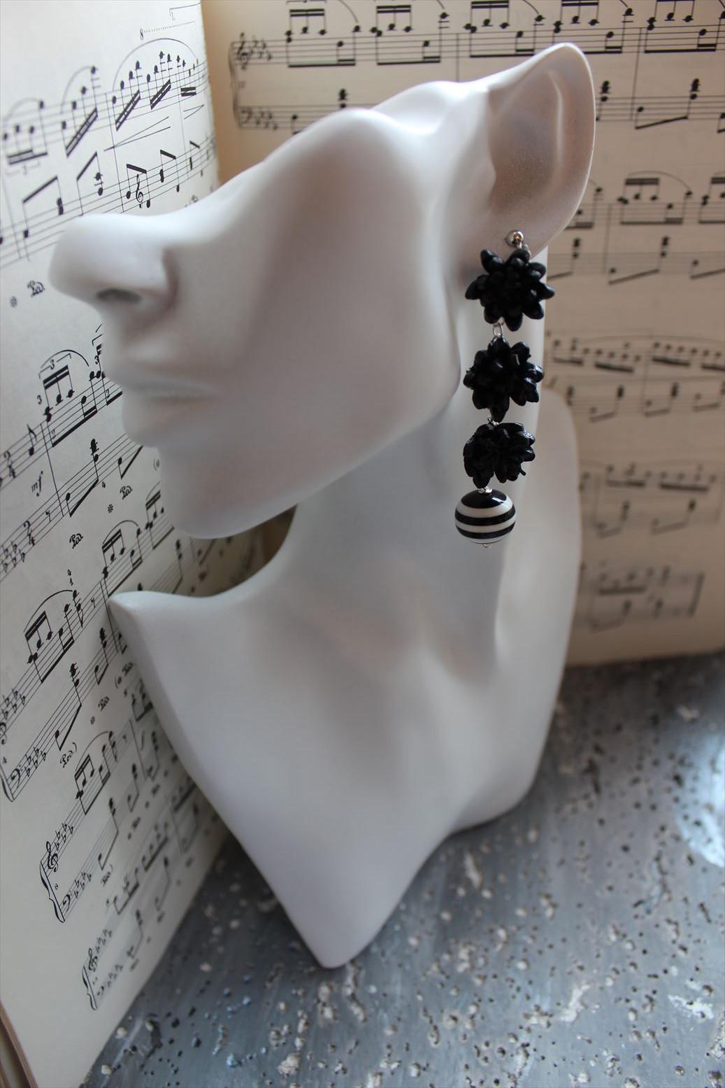 3連の黒い花とボーダービーズのイヤリング