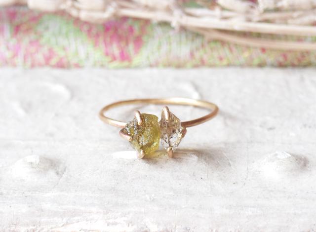原石のグリーンガーネットとダイヤモンドクォーツのリング