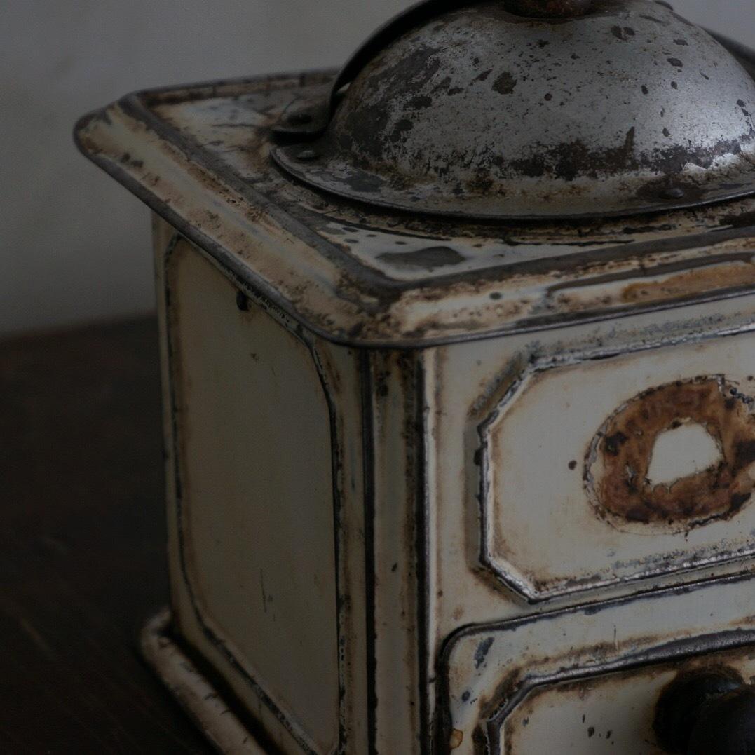 古いブリキのミル