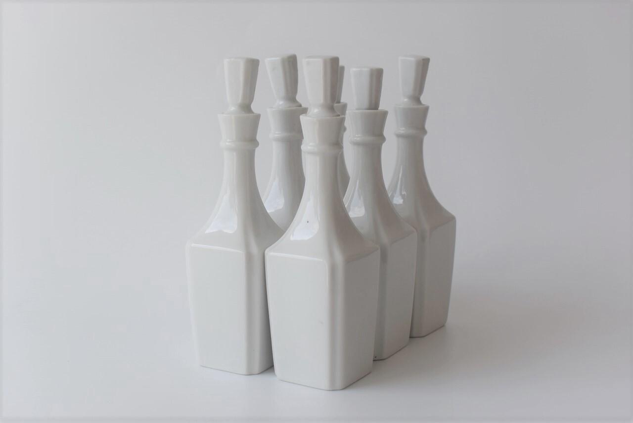 美しいデザインの白磁ボトル