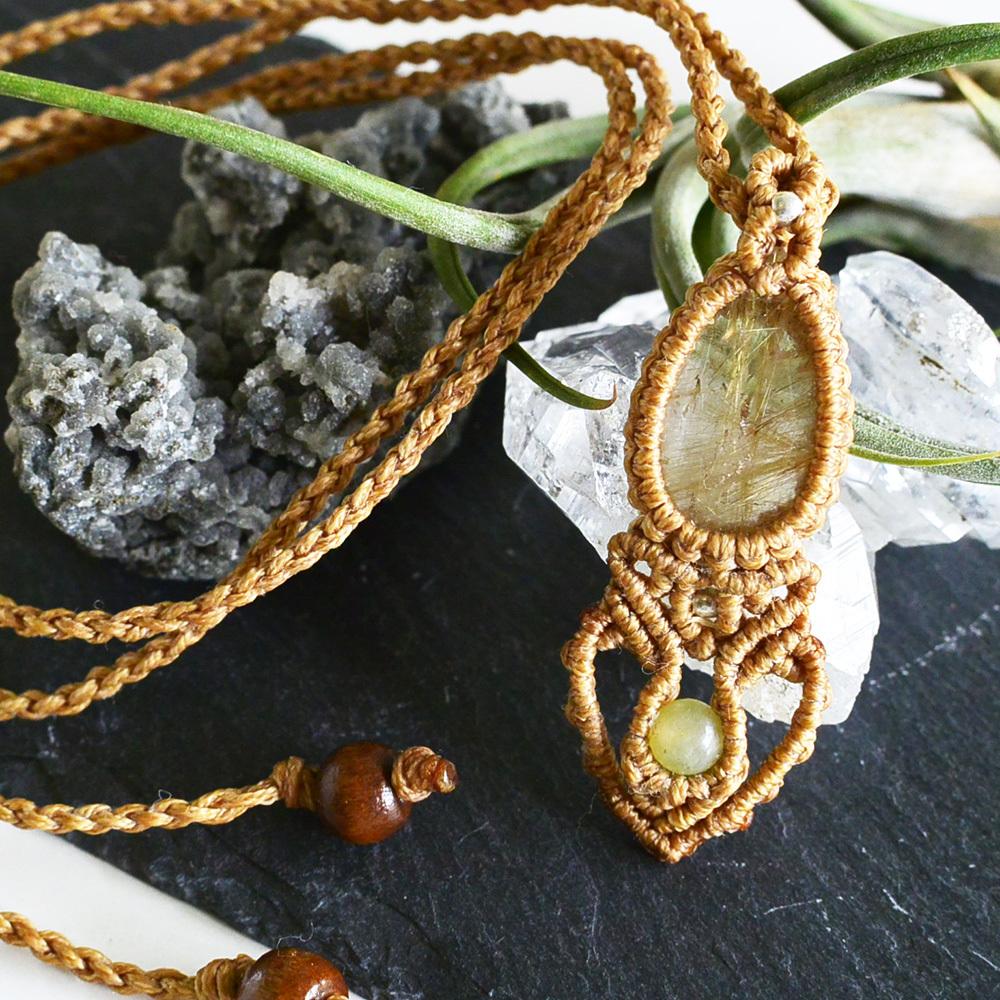 ルチルクォーツ/ 黄金の光を宿す石 / 天然石マクラメ編みペンダント