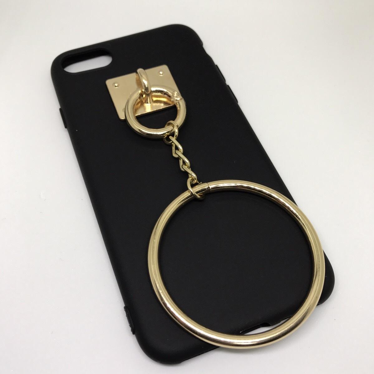 【送料無料】ブラックソフトケースにゴールドのリングチャーム iPhoneケース