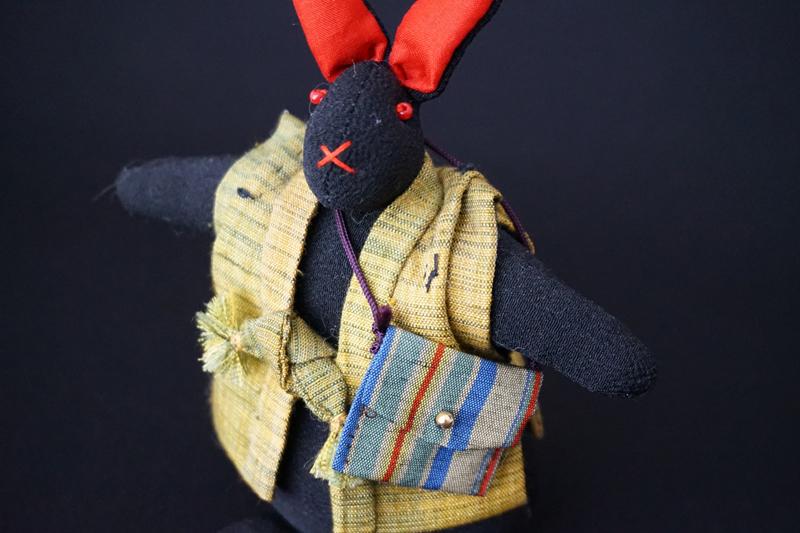 着物、和服の古布人形「ちゃんちゃんこを着たうさぎ」黒 - 画像1