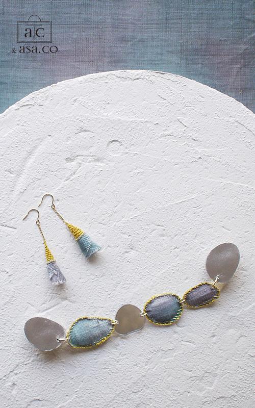 麻の襟元ブローチ 〈 NeckStone 〉藍納戸
