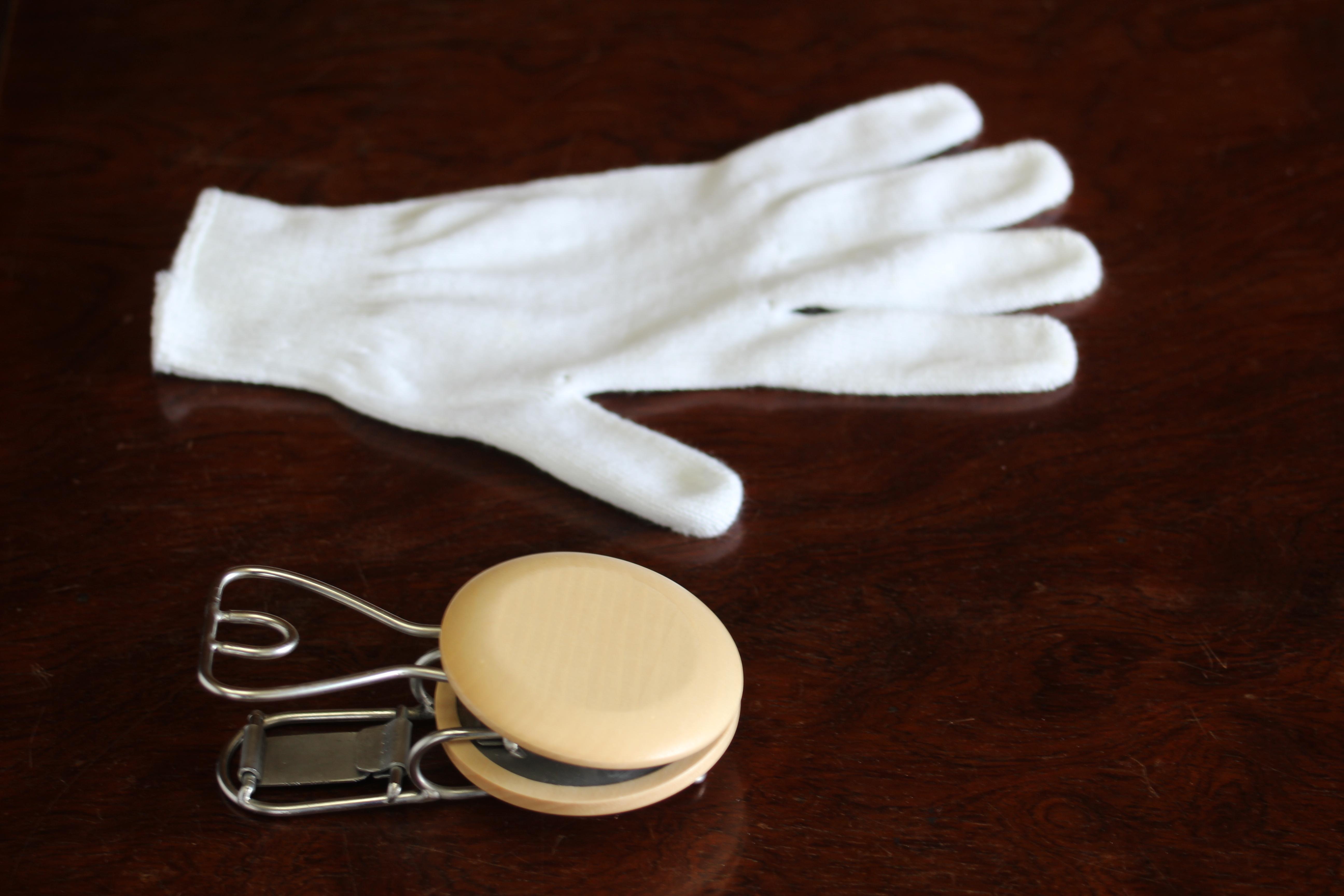 片手で手袋がつけられます。
