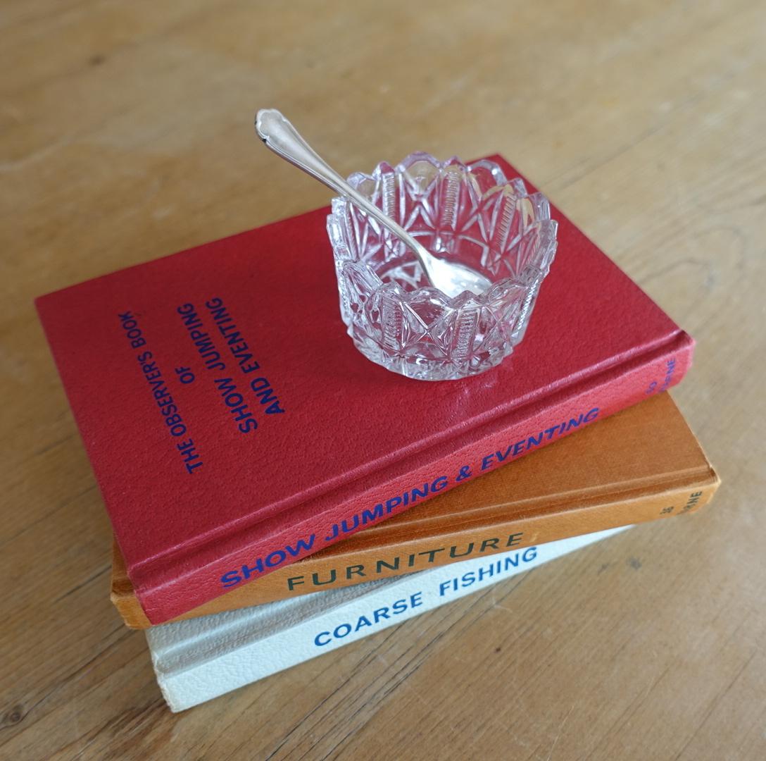 小さなガラスの容器とスプーン