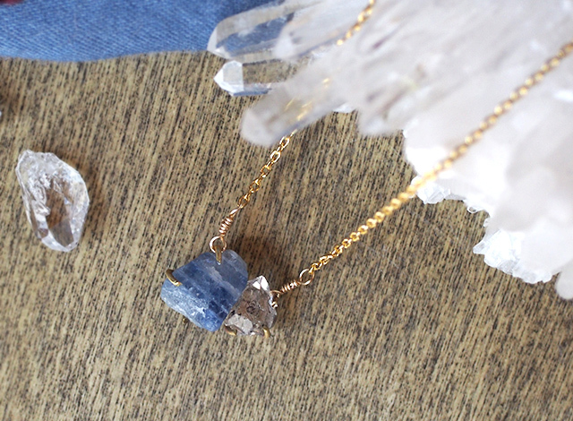 原石のサファイアとダイヤモンドクォーツのネックレス